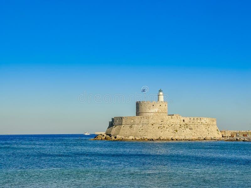 Puerto del puerto de Mandaki y fuerte de San Nicolás en Rodas fotografía de archivo
