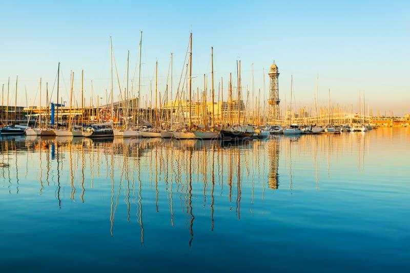Puerto del yate en Barcelona en la salida del sol Viaje a España imagen de archivo libre de regalías