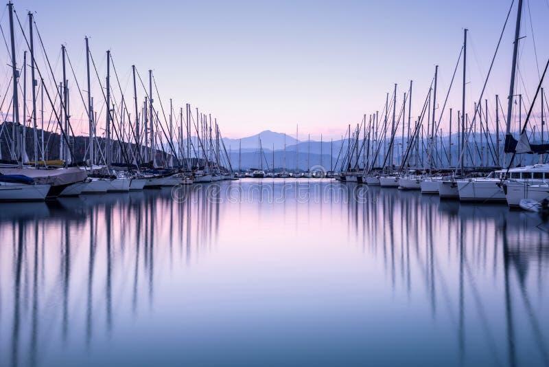 Puerto del yate en puesta del sol imagen de archivo libre de regalías