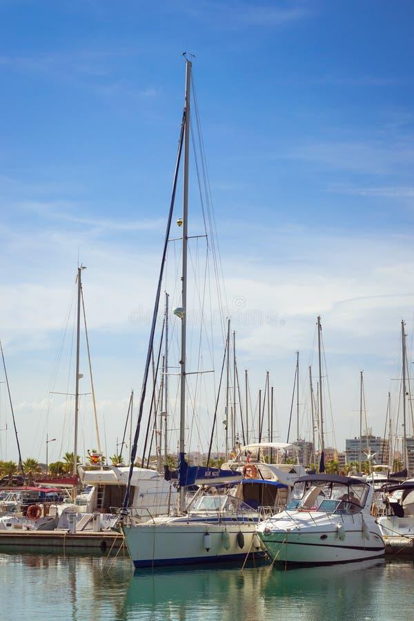 Puerto deportivo小游艇船坞盐沼 游艇和小船在T小游艇船坞  免版税图库摄影