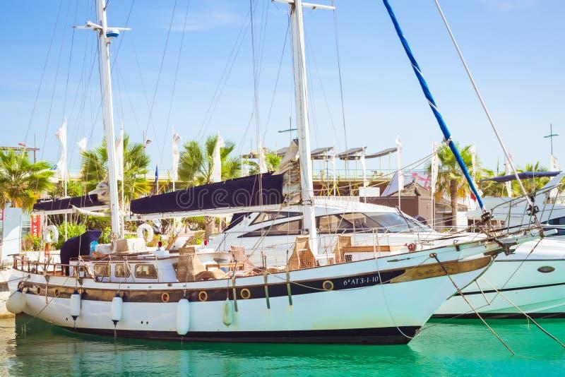 Puerto deportivo小游艇船坞盐沼 游艇和小船在T小游艇船坞  库存图片
