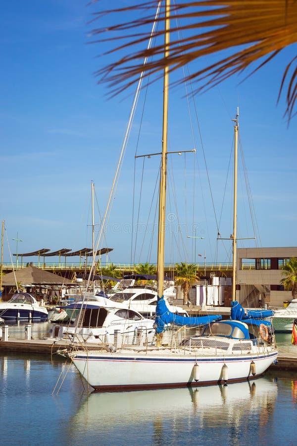 Puerto deportivo小游艇船坞盐沼 游艇和小船在T小游艇船坞  免版税库存照片