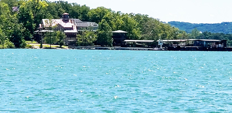 Puerto deportivo bonito en el lago rock de la tabla fotos de archivo libres de regalías