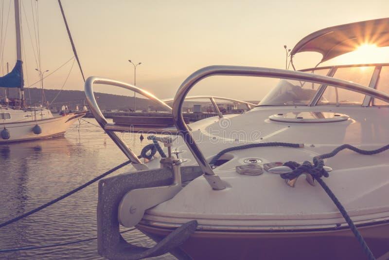 Puerto deportivo con los yates atracados en la puesta del sol yachting navegación concepto del recorrido Vacaciones imágenes de archivo libres de regalías