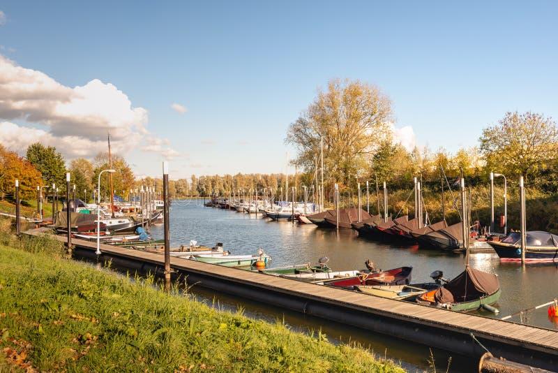 Puerto deportivo con los yates de la navegación y los barcos de motor en la ciudad fortificada imagen de archivo