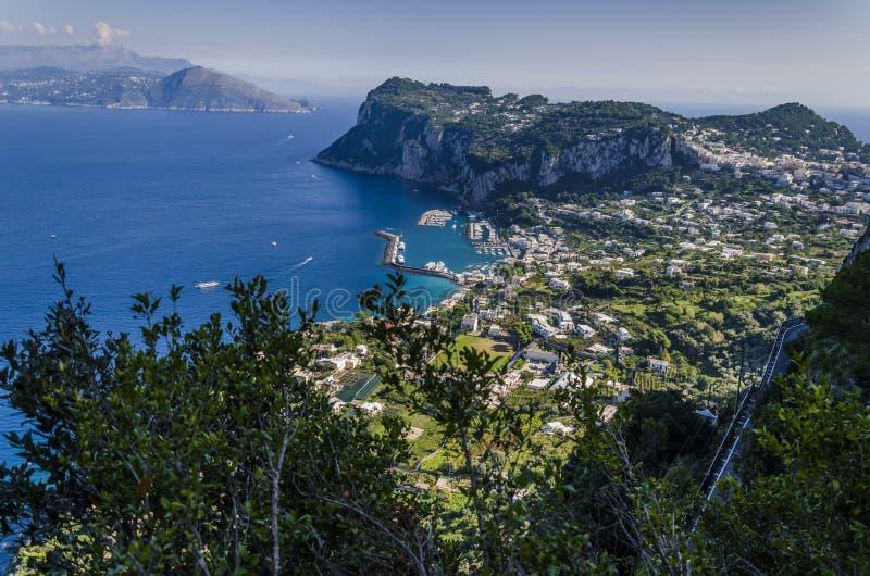 Puerto deportivo de Capri visto de las montañas de la isla foto de archivo