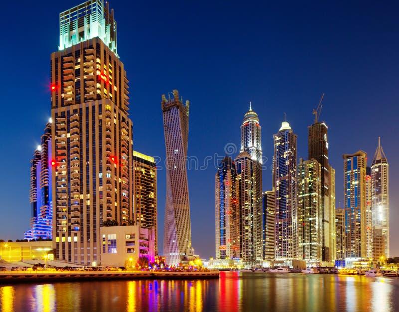 Puerto deportivo de Dubai, Dubai, UAE en la oscuridad fotos de archivo