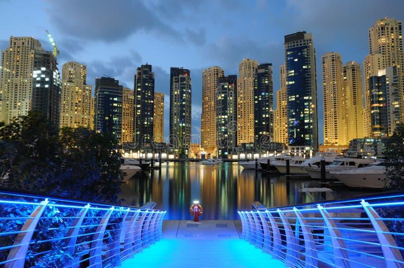 Puerto deportivo de Dubai en la noche imagen de archivo