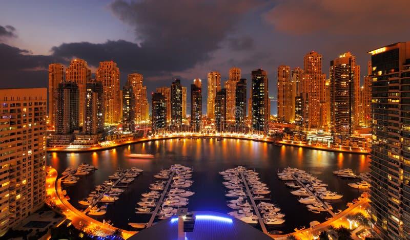 Puerto deportivo de Dubai en la oscuridad que muestra rascacielos numerosos de JLT imagenes de archivo