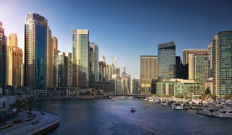 Puerto deportivo de Dubai en la puesta del sol fotografía de archivo libre de regalías