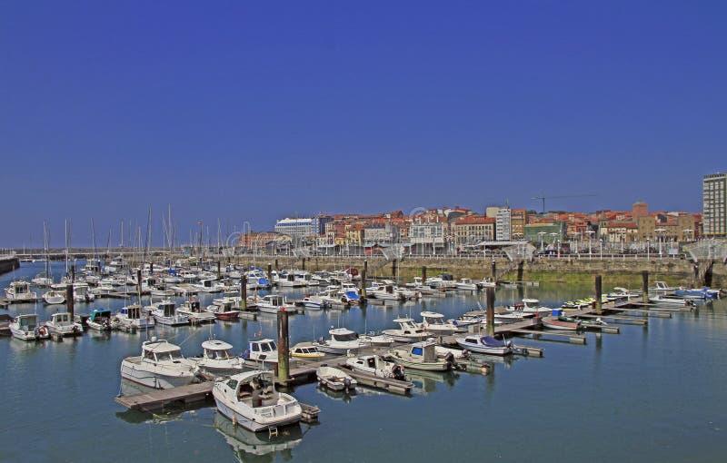 Puerto deportivo de Gijón con muchos yates en España fotografía de archivo libre de regalías