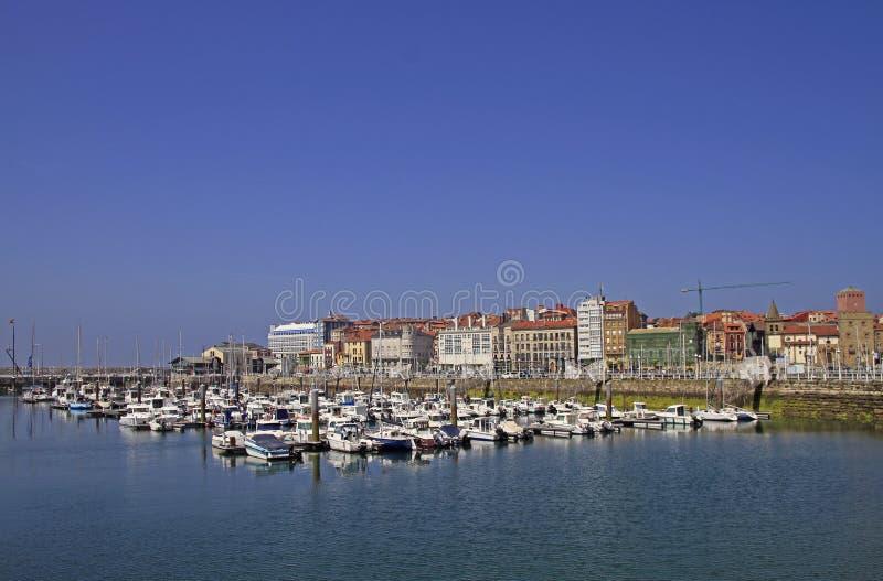 Puerto deportivo de Gijón con muchos yates en España imagenes de archivo