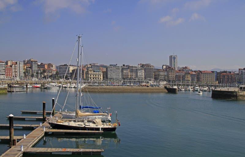 Puerto deportivo de Gijón con muchos yates en España fotos de archivo