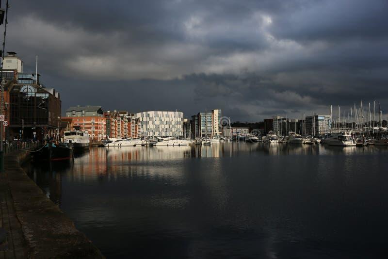 Puerto deportivo de la costa de Ipswich con las nubes de tormenta fotos de archivo