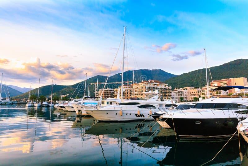 Puerto deportivo de lujo del yate en la puesta del sol del verano imagenes de archivo