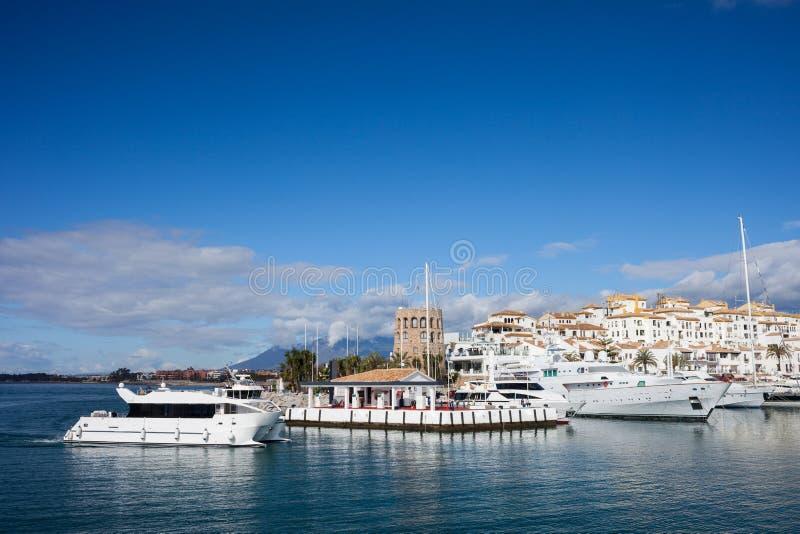 Puerto deportivo de Puerto Banus en Costa del Sol en España imagen de archivo