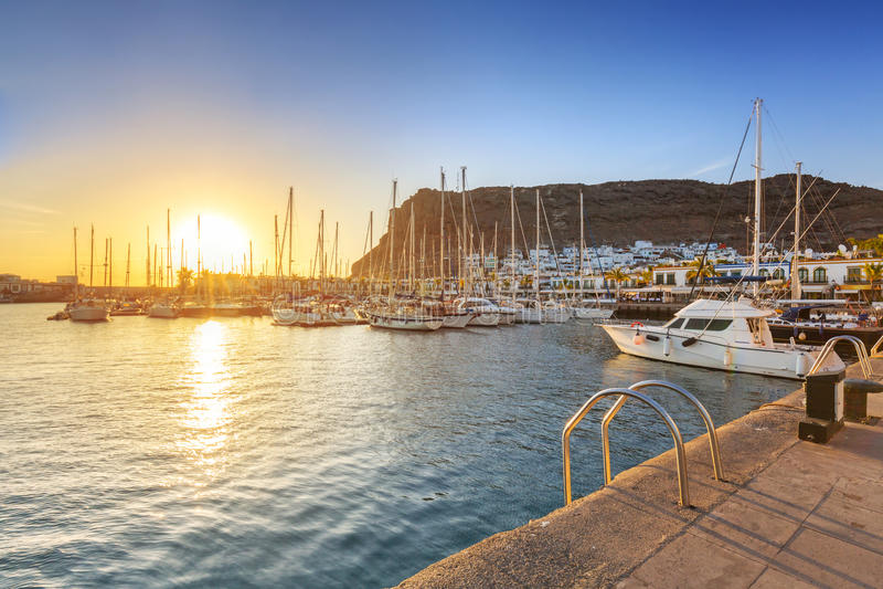Puerto deportivo de Puerto de Mogan en la puesta del sol imagen de archivo