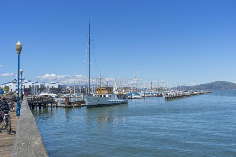 Puerto deportivo del embarcadero 39 con los yates y los barcos que atracan en San Francisco, CA foto de archivo