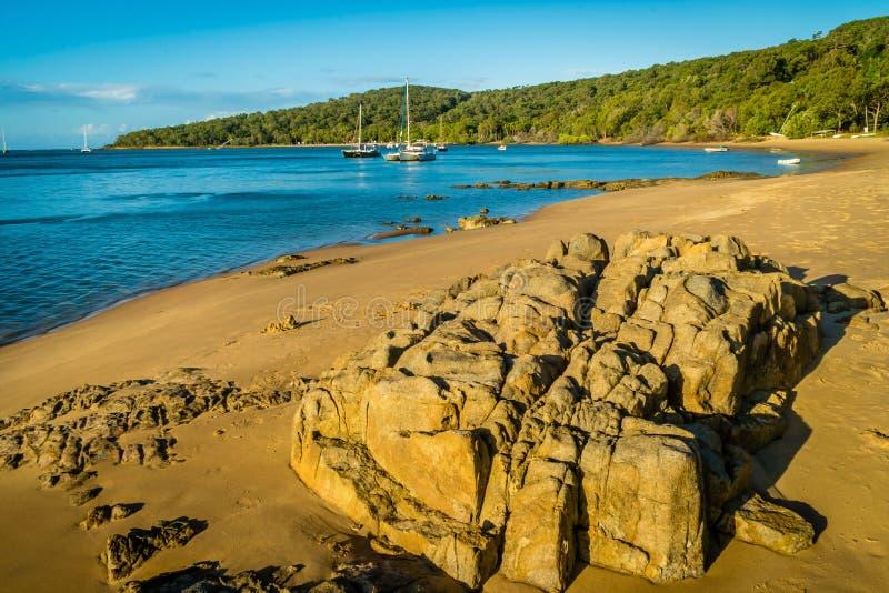 Puerto deportivo diecisiete setenta y playa en Queensland, Australia fotos de archivo