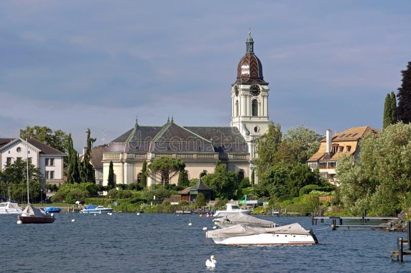 Puerto deportivo e iglesia histórica suiza en el lago Lemán foto de archivo libre de regalías