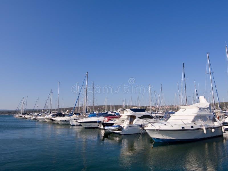 Puerto deportivo en el mar adriático fotografía de archivo