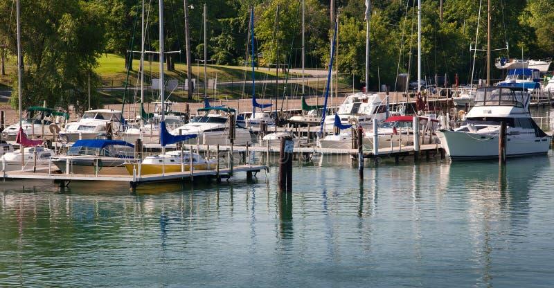 Puerto deportivo en el río de Detroit fotografía de archivo