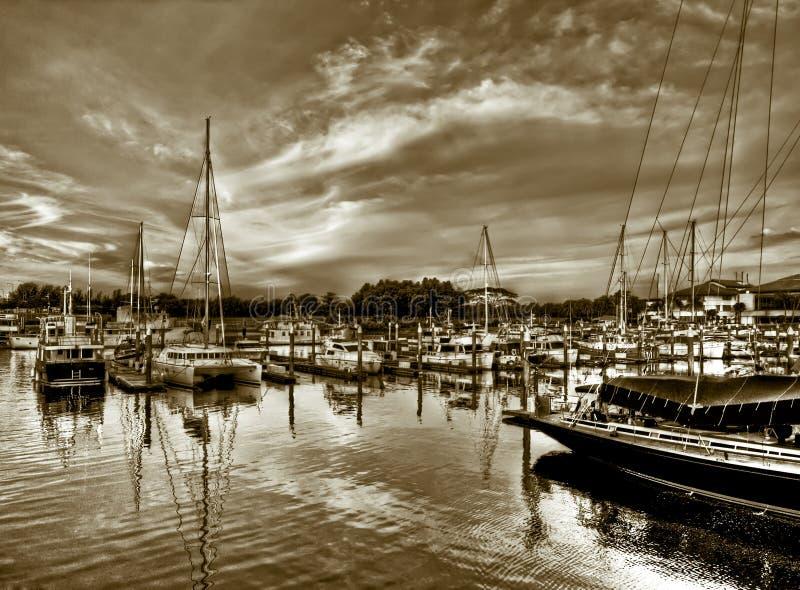 Puerto deportivo en la puesta del sol fotografía de archivo