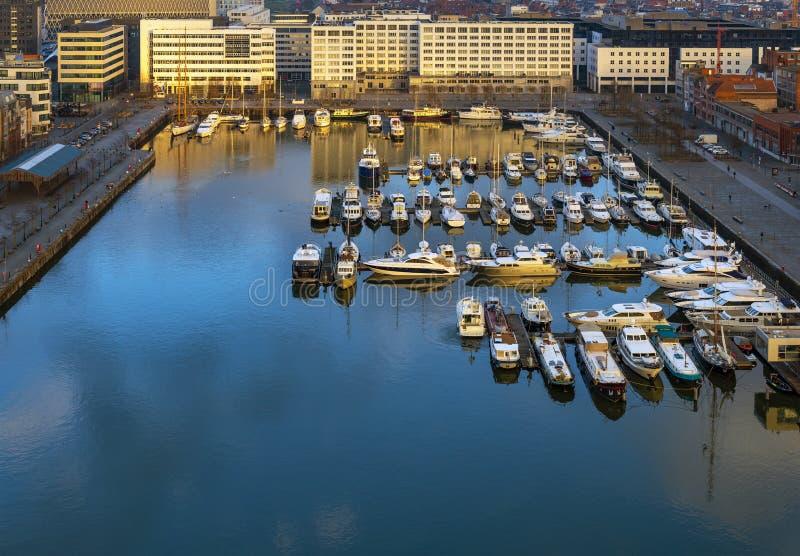 Puerto deportivo en la puesta del sol, Bélgica del yate de Antwerpen fotografía de archivo