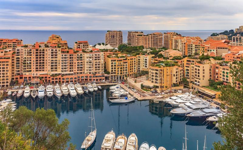 Puerto deportivo en Mónaco Ville con los yates y los apartamentos de lujo en el puerto de Mónaco, Cote d' Azur o la riviera  fotografía de archivo