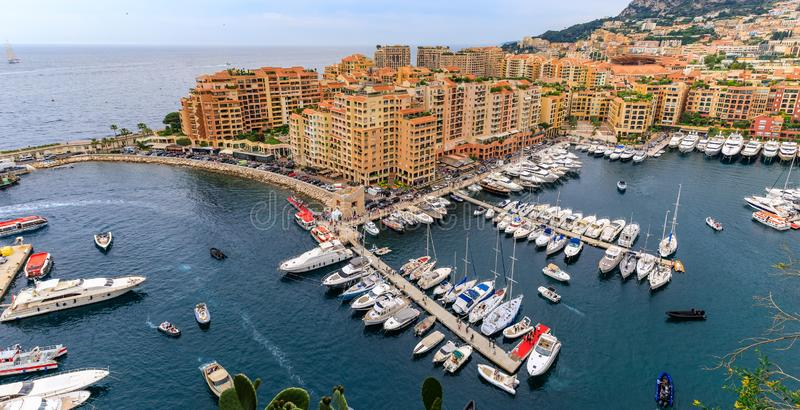 Puerto deportivo en M?naco Ville con los yates y los apartamentos de lujo en el puerto de M?naco, Cote d' Azur o la riviera  fotografía de archivo