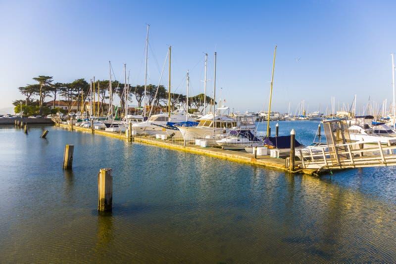 Puerto deportivo en San Francisco con los barcos en tiempo hermoso fotos de archivo