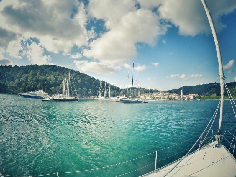 Puerto deportivo en Skradin, Croacia foto de archivo