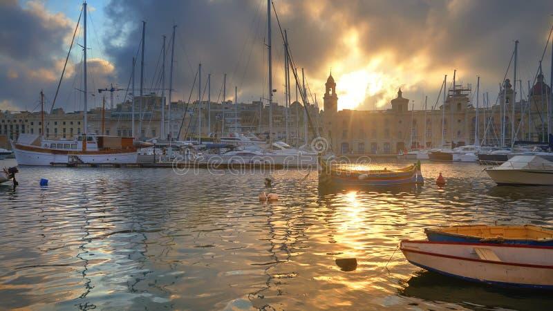 Puerto deportivo en Vittoriosa, bahía magnífica de La Valeta, Malta en una salida del sol imagenes de archivo