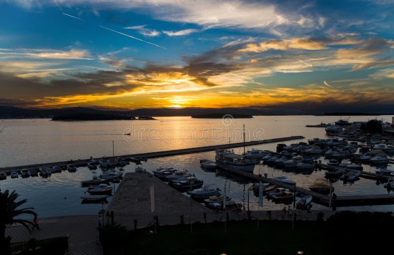 Puerto deportivo hermoso en la puesta del sol/el puerto/la puesta del sol/los barcos/los yates/na Moru/Zaravecchia/Dalmacia/Croac imagen de archivo libre de regalías