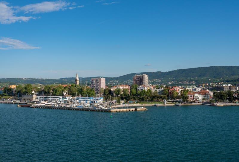 Puerto deportivo por la ciudad vieja de Koper en Eslovenia imagen de archivo