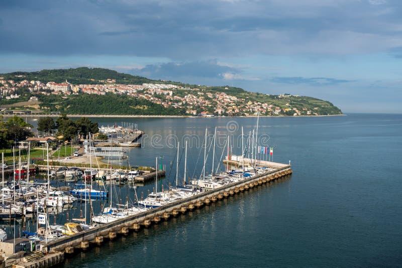 Puerto deportivo por la ciudad vieja de Koper en Eslovenia foto de archivo