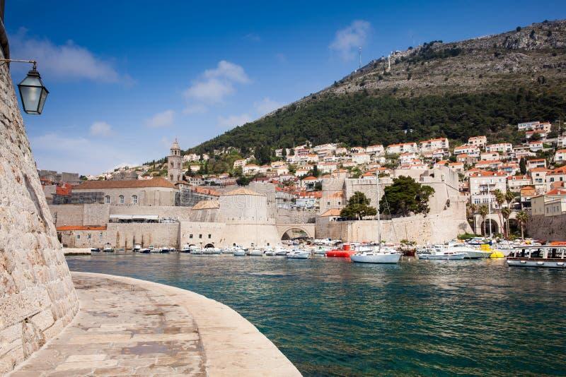 Puerto deportivo portuario viejo y fortalecimientos de la ciudad de Dubrovnik foto de archivo libre de regalías
