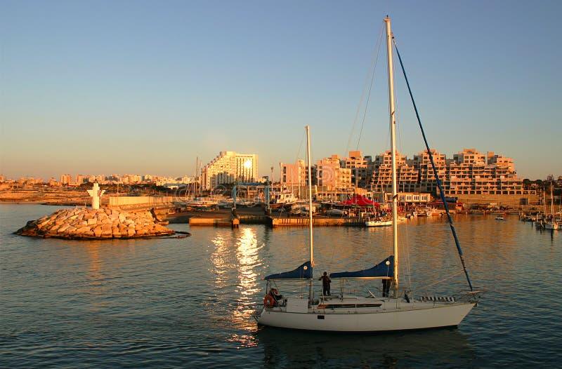 Puerto deportivo que entra del yate en la puesta del sol. fotos de archivo libres de regalías