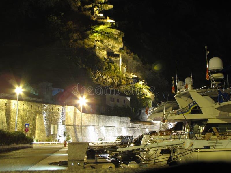 Puerto deportivo que navega en el embenkment de la ciudad de Kotor imagenes de archivo