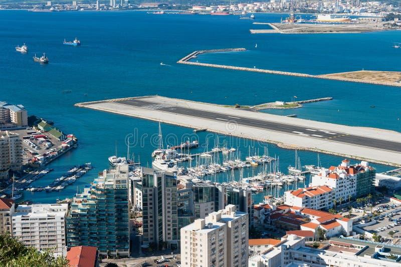 Puerto deportivo y pista de aterrizaje de Gibraltar imágenes de archivo libres de regalías