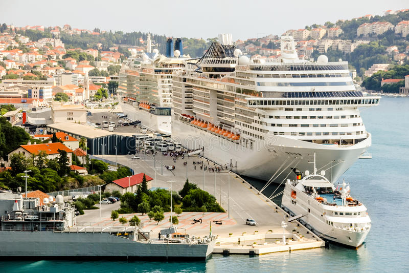 Puerto Dubrovnik de los barcos de cruceros imagen de archivo