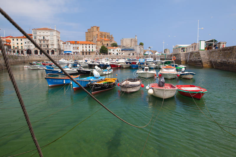 Puerto en Castro Urdiales, España imagen de archivo