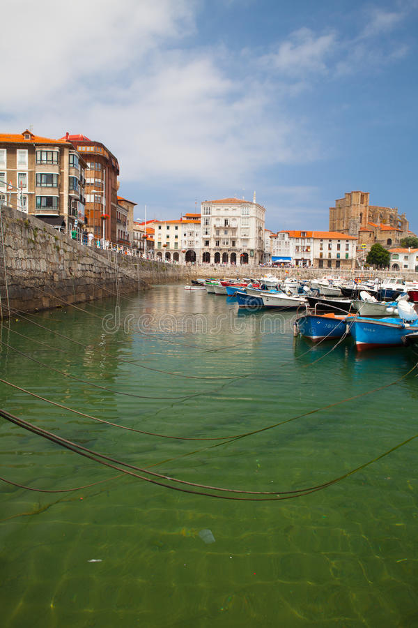 Puerto en Castro Urdiales, España imagenes de archivo