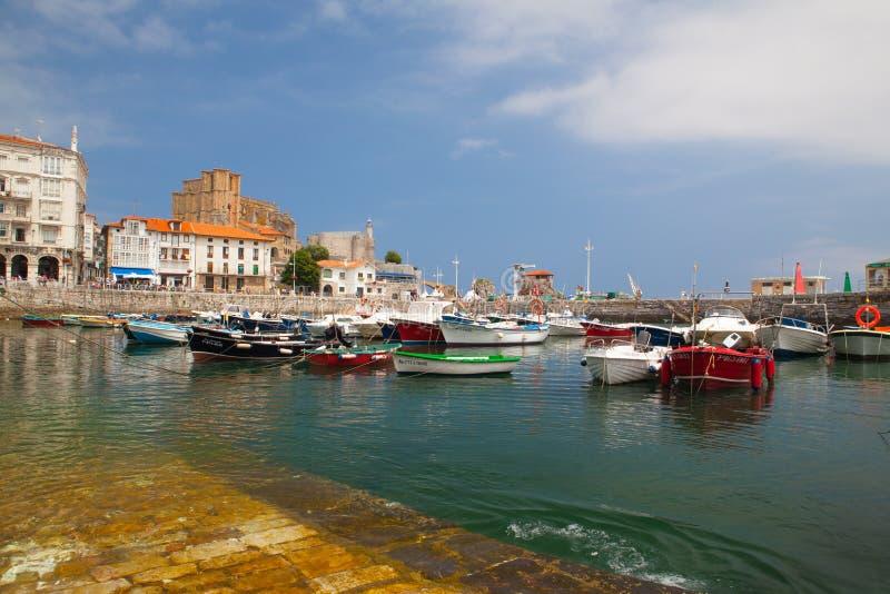 Puerto en Castro Urdiales, España fotografía de archivo