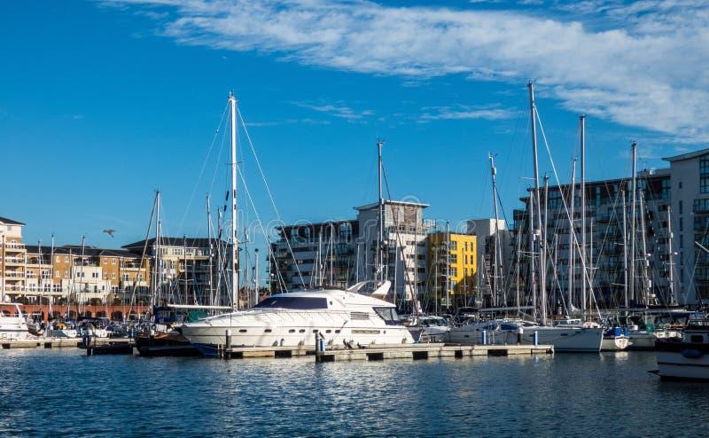 Puerto en Eastbourne con los yahts, el cielo azul y agua fotos de archivo