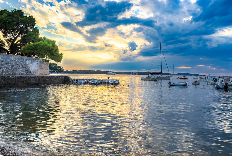 Puerto en Hvar, Croacia en la oscuridad fotos de archivo