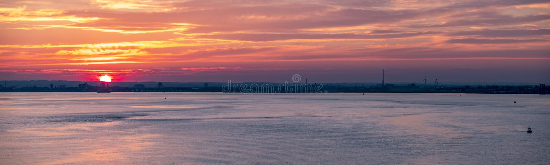 Puerto en la puesta del sol, Inglaterra - Reino Unido del casco foto de archivo