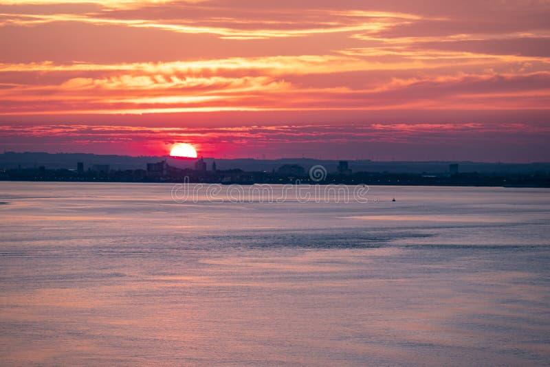 Puerto en la puesta del sol, Inglaterra - Reino Unido del casco fotos de archivo libres de regalías