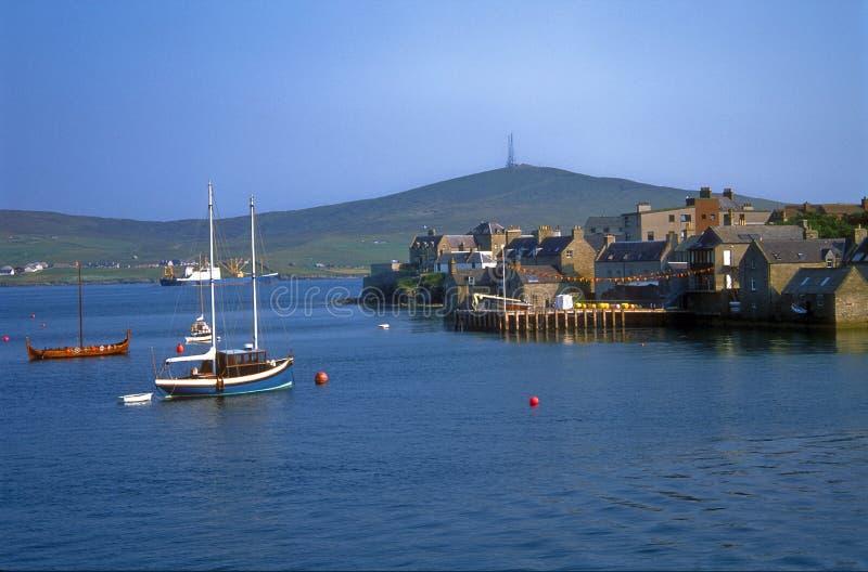 Puerto en Lerwick, islas del barco de Shetland fotos de archivo