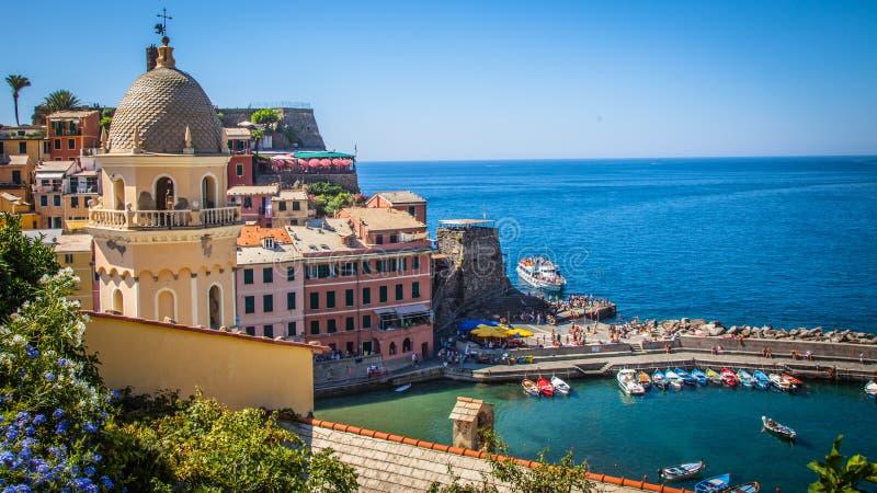 Puerto escénico en costa mediterránea imagen de archivo